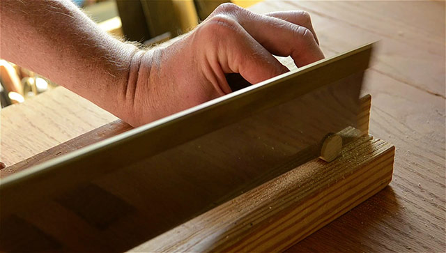 Cutting a dowel with a Lie-Nielsen backsaw